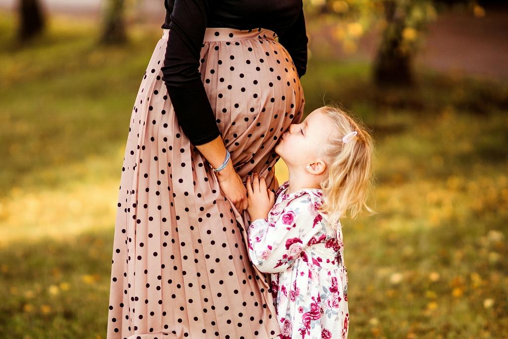 sesja brzuszkowa, sesja ciążowa, mama i ja, starsza siostra Szczecin