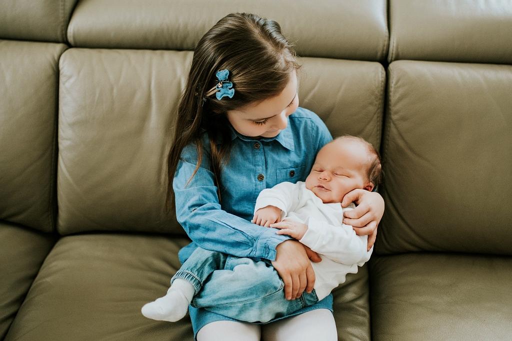 sesja noworodkowa w domu Szczecin zdjęcie z siostrą