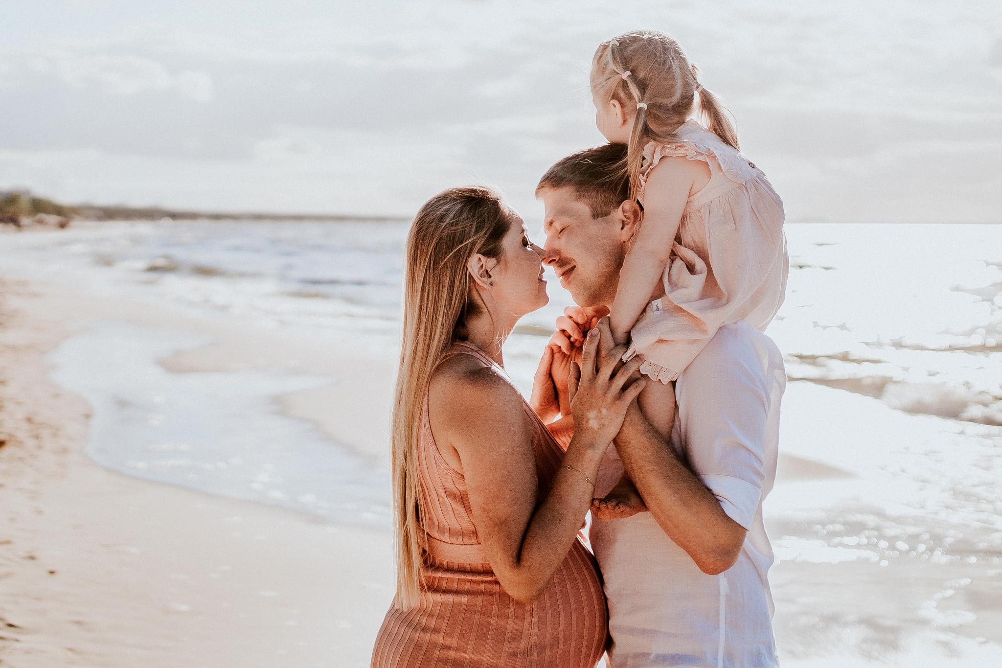 rodzina to siła, sesja zdjęciowa rodzinna sesja, fotografia ciążowa, sesja nad morzem, sesja nad Bałtykiem