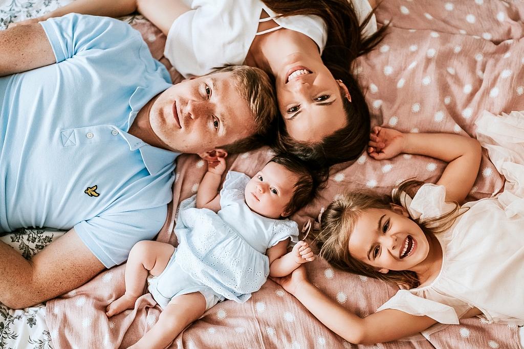 Rodzinna sesja noworodkowa w Szczecinie, sesja w domu, naturalna sesja domowa